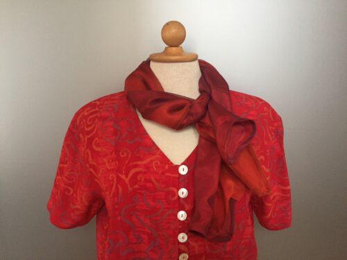 Batik bluse med knapper - Model 130 - Crepe 'Bånd' Rød