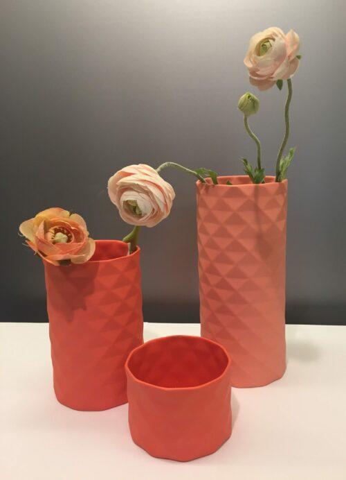 håndlavet, Trine rytter dansk design hvid keramik Lyshuse fyrfadsstager fyrfadslys vaser brede riller koral laksefarvet laks rosa lyserød pink