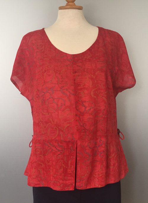 Batikbluse Model 185 - Bånd Rød, postkasserød, knaldrød, rød bluse, rød top, festbluse, figursyet, timeglasfigur, klædelig, dametøj, unika, unik, speciel, biti, ribe, naturmateriale, viskose, rayon, smart, design, batik, batikfarvet, batiktryk, batikfarvet, håndlavet, håndtrykt, økologisk, øko, bio, bæredygtigt, farver, glade farver,
