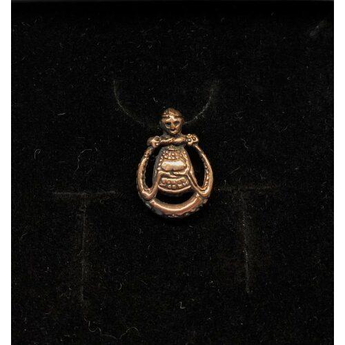 Viking Vedhæng i bronze - Freja rund lille vikingesmykke - vedhæng Freja i bronze, viking. asatro, nordisk mytologi, nordiske guder, thor, frej, frugtbarhed, frugtbarhedsgudinde, ydun. idun, frigg, norner, kærlighedsgudinde, fund, vikingefund, smykkefund, museumssmykker, kopismykker, ribe, vadehavet, biti