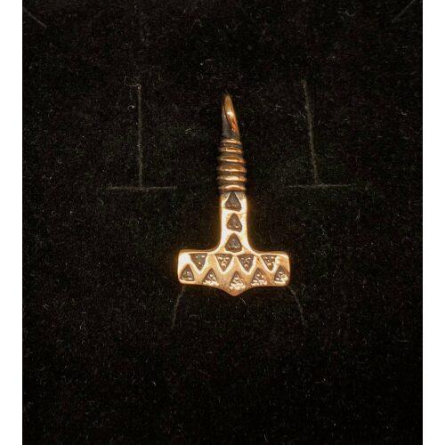 """Vikingevedhæng bronze Thorshammer med trekanter og snoet top, Vikingevedhæng i bronze - Lille thorshammer med trekanter og snoet top """"3X3""""vikingesmykke - vedhæng thorshammer mjølner i bronze, Vikingevedhæng Bronze Thorshammer - tosidet med runer, thor, vikingesmykker, vedhæng, vikingevedhæng, dobbelt, mønster, vikingefund, gamle, guder, aser, mytologi, museumssmykker, kopismykker, vikingekopi, biti, ribe, domkirke,"""