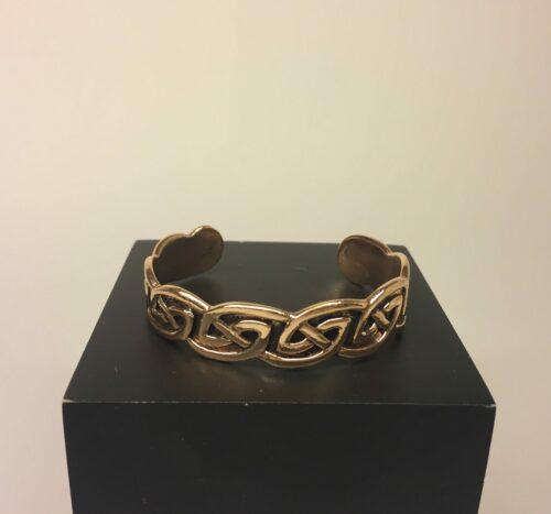 Armbånd bronze med keltisk evighedsflet, armbånd, bronzearmbånd, vikingearmbånd, vikingesmykke, vikinge smykker, vikinge, keltisk flet, keltisk mønster, vikingefund, kopi, kopismykker, museumssmykker, museums, smykke, fund, smykkefund, herrearmbånd, herrearmring, herresmykker, til herrer, til damer, damearmbånd, til damer, bronze smykker, gyldent, billigt, lækker kvalitet, flot, evigheden, evighedsflet, evighedsmønster, biti, ribe