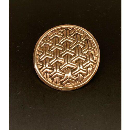 Bronze Vikingebroche og vedhæng - Ringkædemønster , Vikingesmykker - vikingespænde, broche i borrestil. Bronze. broche, vedhæng, evighedsmønster, vikingefund, vikingesmykker, vikingetiden, museumssmykke, museums, fund, udgravninger, rundt, flot, rollespil, aser, skjoldmø, valkyrie, skjold, ansgar, ribe, vadehavet, biti, vedhæng, kædemønster, gyldet, kobber, bronze, bronzesmykker, danefæ, kopismykker, guder, nordiske, mytologi