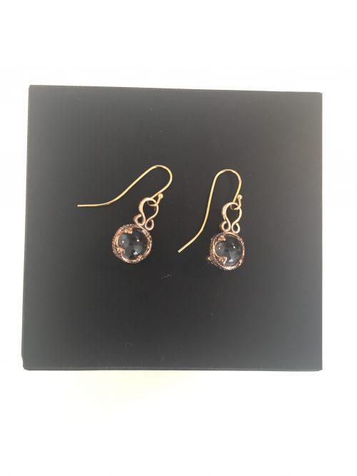 Smukke ørehængere i bronze - med gotlandsk krystal.