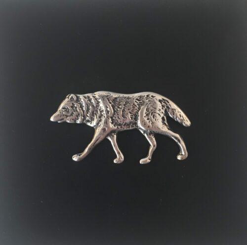 Vikingevedhæng i sølv Fenris, UlvUlv, fenris, fenrisulven, ulveunge, fimbulvinter, ragnarok, ask yggdrasil, ygdrasssil, livets træ, odin, sølv, sølvvedhæng, ulvesmykke, ulvevedhæng, sølvulv, asgård, udgård, midgård, vikingesmykker, vikingesmykke, museumssmykke, kopismykker, vikingekopi, ribe, fund, danefæ, museumsfund,