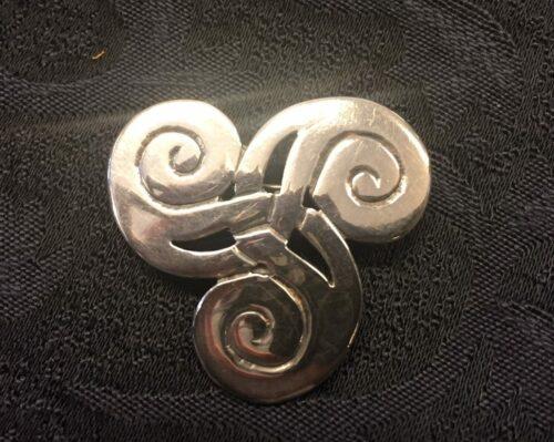 "Vikingebroche i sølv - Trefliget spiralsmykke ""Triskele"""