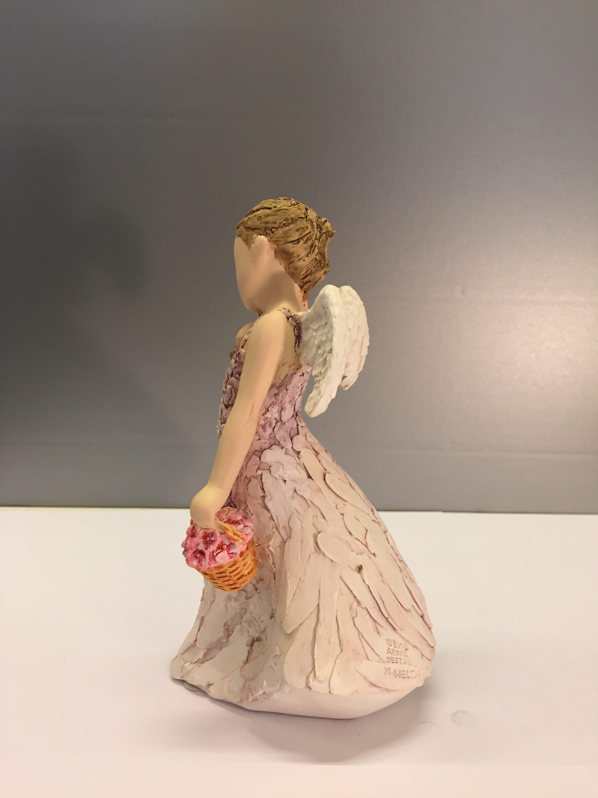"Arora ""More than words"" - Lille engel med blomsterkurv - Friends are angels"