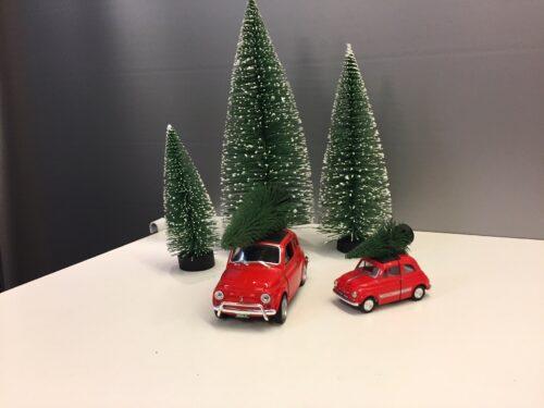 Fiat 500 med juletræ - Rød lille Fiat 500 med juletræ - Rød stor
