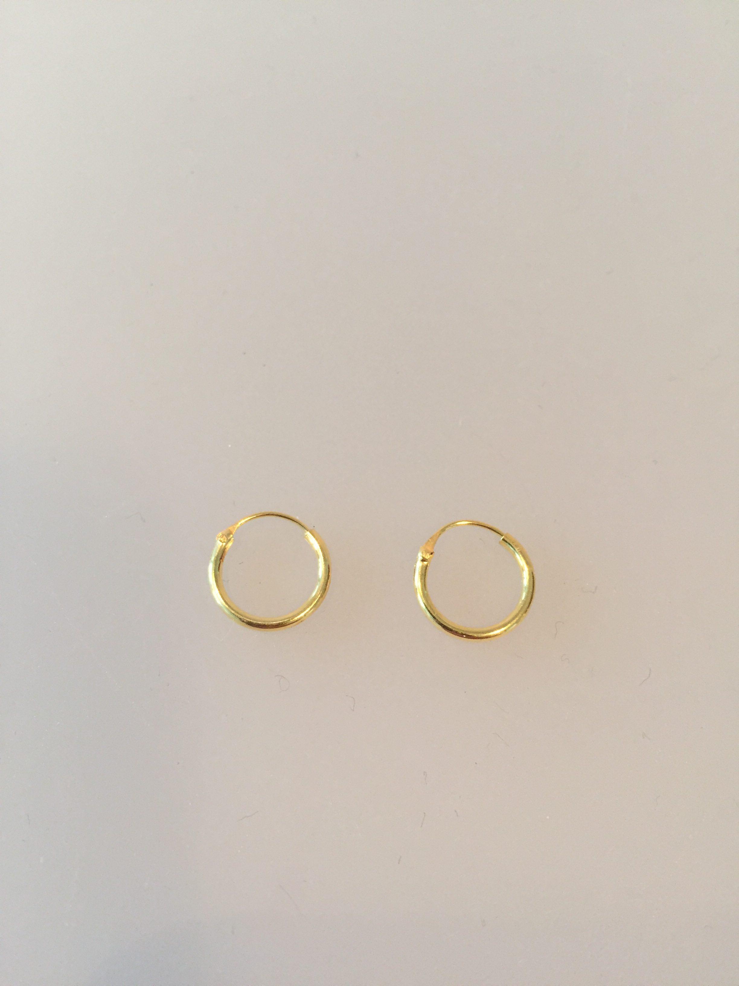 små runde øreringe