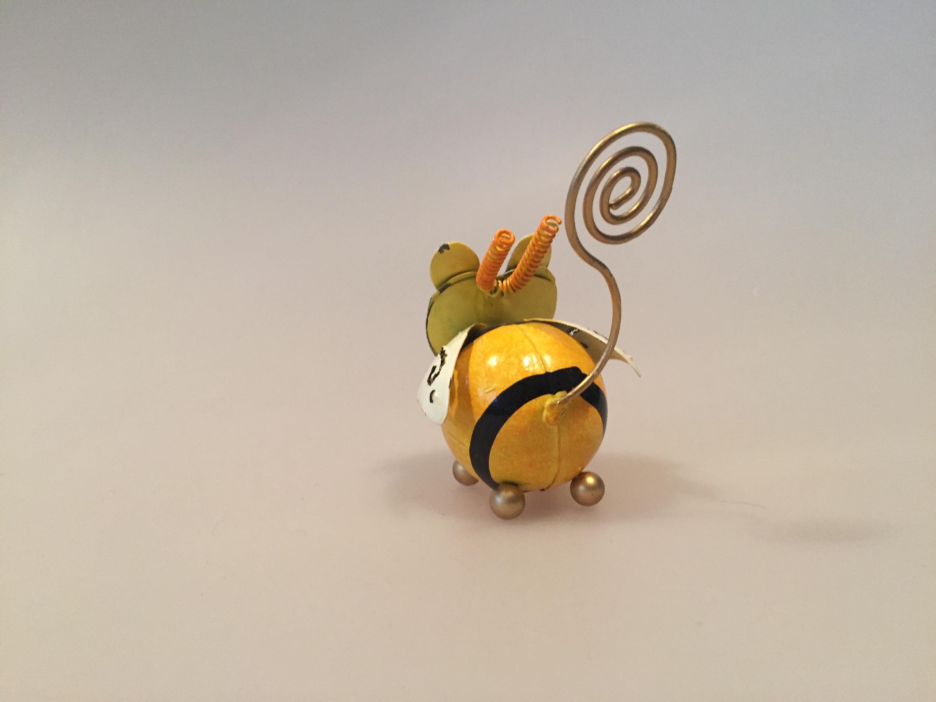 Memo holder metal - Gul bi, honningbi, humlebi, flittig som en bi, arbejdsbi, memoholder, pengeholder, pengegave, huskeseddel, fotoholder, metalbi, metalfigur, gaveidé, naturen, biodiversitet, pas på bierne