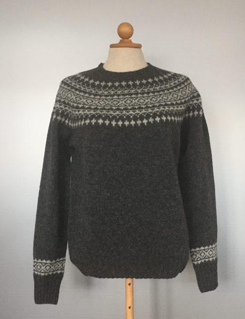 skotsk strik pullover uld koksgrå færø mønster dame
