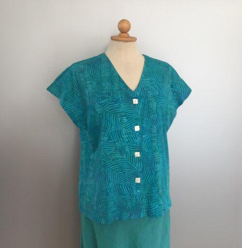 Bluse-jakke 010 - Batik k/æ - Feder Turkis, økologisk, øko bomuld, naturmateriale, natur, bæredygtigt, store størrelser, klædeligt, kvalitet, biti, ribe, kunsthåndværk, batik, batiktryk, batikfarvet, håndlavet