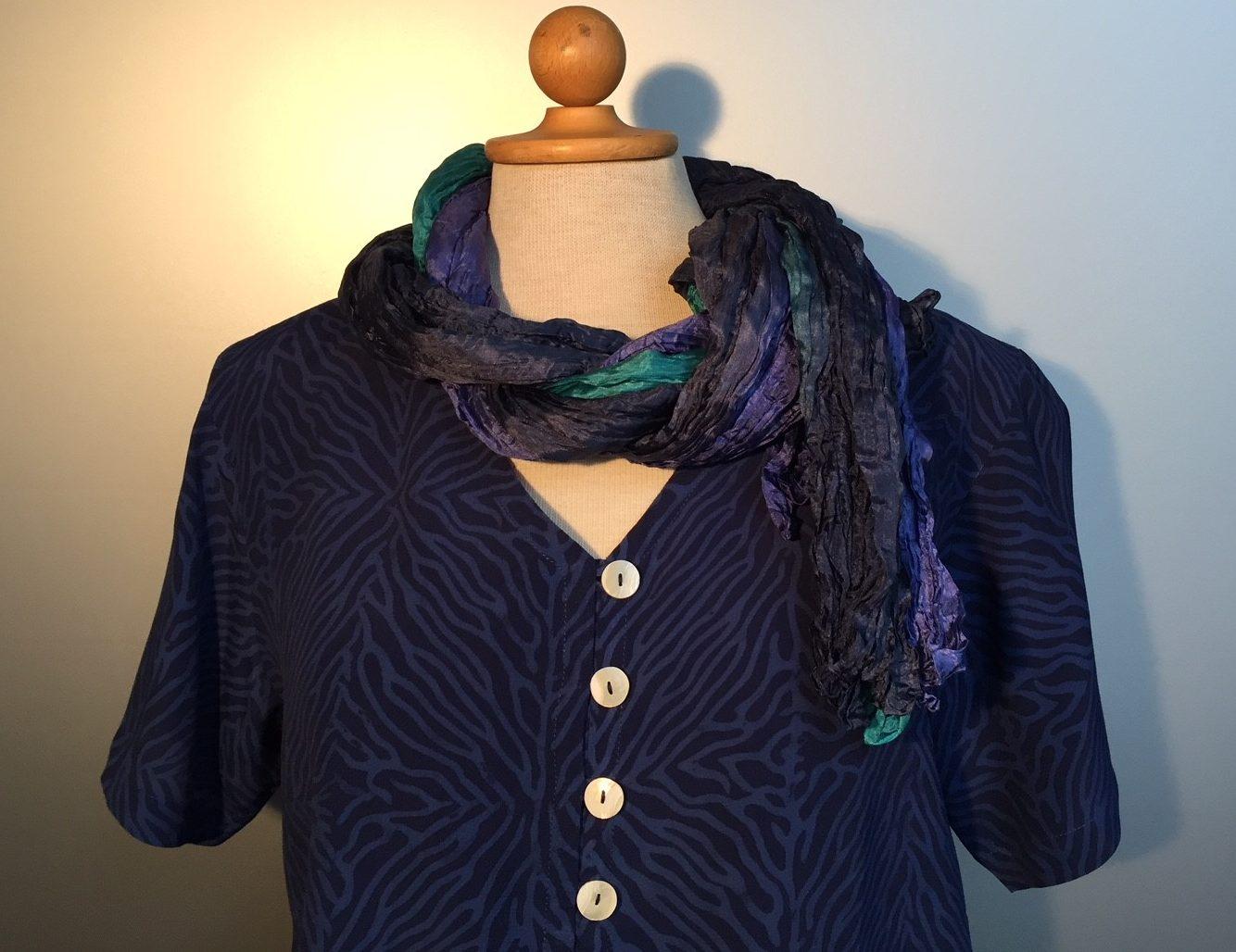 Batik bluse130 - Zebra mørkeblå, Store størrelser, kort bluse, knapper, perlemors knapper, kort ærme, øko, bæredygtigt, bio, holdbar, batik, batikfarvet, batiktryk, håndlavet, unik, unika, unikat, biti, ribe, kulørt, farver, lækker, åndbar, skjorte, skjortebluse, skjortejakke, figur, figursyet, timeglas, feminin, dame, pige, kvinder, specielt, kunsthåndværk, kunstnerisk, mørkeblå, marineblå, navy, navyblå, midnatsblå, blå, dyb blå