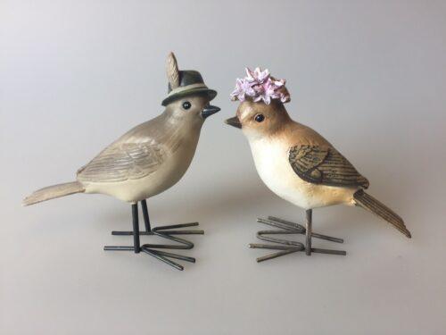 Fugl med blomster - lysegrå med hat med fjer blomsterhat lilla syrenhortensia