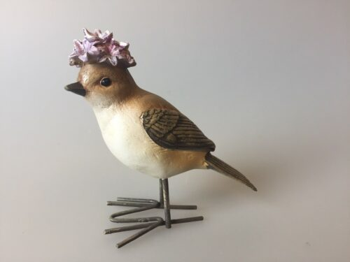 Fugl med blomster - lysegrå med blomsterhat lilla syrenhortensia
