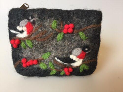 Pung i filtet uld - sort med to fugle og bær