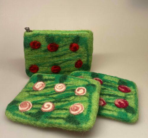 Pung i filtet uld - Grøn med roser, rosemotiv, blomster, filt, filtet, filtpung, håndarbejde, håndlavet, uldfilt, uld, rosepung, rosenpung, tornerose, grøn, med roser, biti, ribe