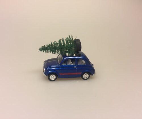 Bil i metal - Fiat 500 med juletræ blåmetallic, blå, minibil, metalbil, cinquecento, fiat 500, bil med juletræ, bil med træ, juletræ på taget, grantræ, gran, riving home from christmas, julebil, vinter, julepynt, jul, italiensk, driving home for christmas, driving home for xmas, grantræ på taget, juletræsbil, gran på toppen, gran på taget