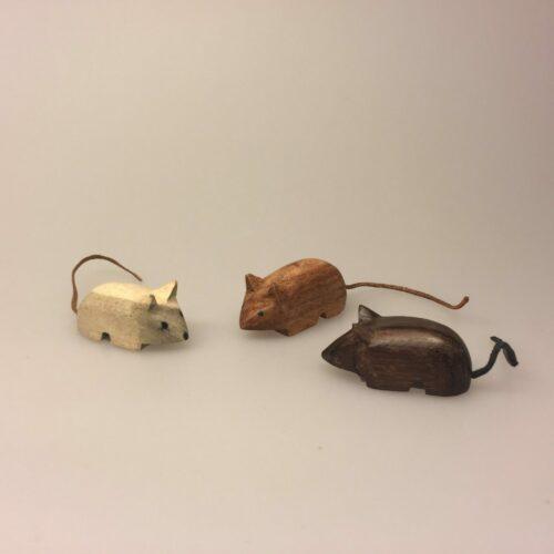 Mus - Håndskåret af træ med læderhale, træmus, mus af træ, træfigur, musefigur, mus, naturmaterialer, håndlavet, håndsnittet, træsnit, læder, håndværk, kunsthåndværk, nordisk,