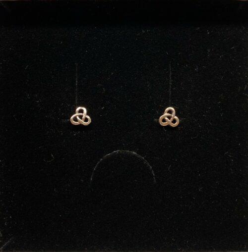 Vikingeøreringe Sølv Ørestikkere - Buet Triskele, Vikingeøreringe Sølv Ørestikkere - Triskele, magisk, det magiske tal tre, treenigheden, evigheden, symbol, symbolks, keltisk, vikinger, vikingetiden, keltisk flet, keltiske smykker, vikingesmykker, sølv smykker, ørestikkere, sølvørestikkere, museums smykker, museums smykker, historiske smykker, fund, vikingefund, kopi smykker, nordiske, guder, aser, asatro, amuletter, ægte, nikkelfri, Biti, Ribe,