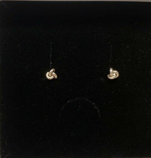Vikingeøreringe Sølv Ørestikkere - Lille Knude,vikingesmykker, sølv ørestikkere, sølv øreringe, ægte sølv, sterling sølv, billige, flotte, god kvalitet, nikkelfri, knuder, knob, små, hverdags øreringe, ren sølv, magiske tal tre, magisk, vikingefund, museumssmykker, museums, historiske smykker, sølv smykker, dansk, nordisk, design, enkle, diskrete, biti, ribe