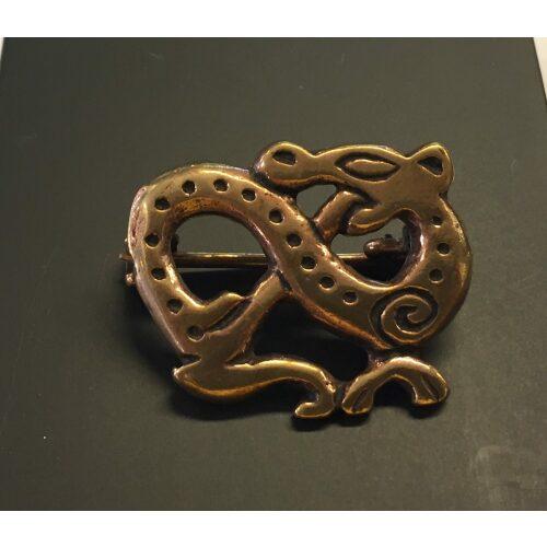 Vikingebroche i bronze - Slange, vikinger, vikingesmykker, museums, museumssmykker, kopismykker, ægte, original, vikingefund, udgravninger, nordiske, guder, aser, midgårdsormen, loke, dyr, slange, drage, biti, ribe, ansgar, bronze, billige, flotte, gaveide, konfirmation, fødselsdag,