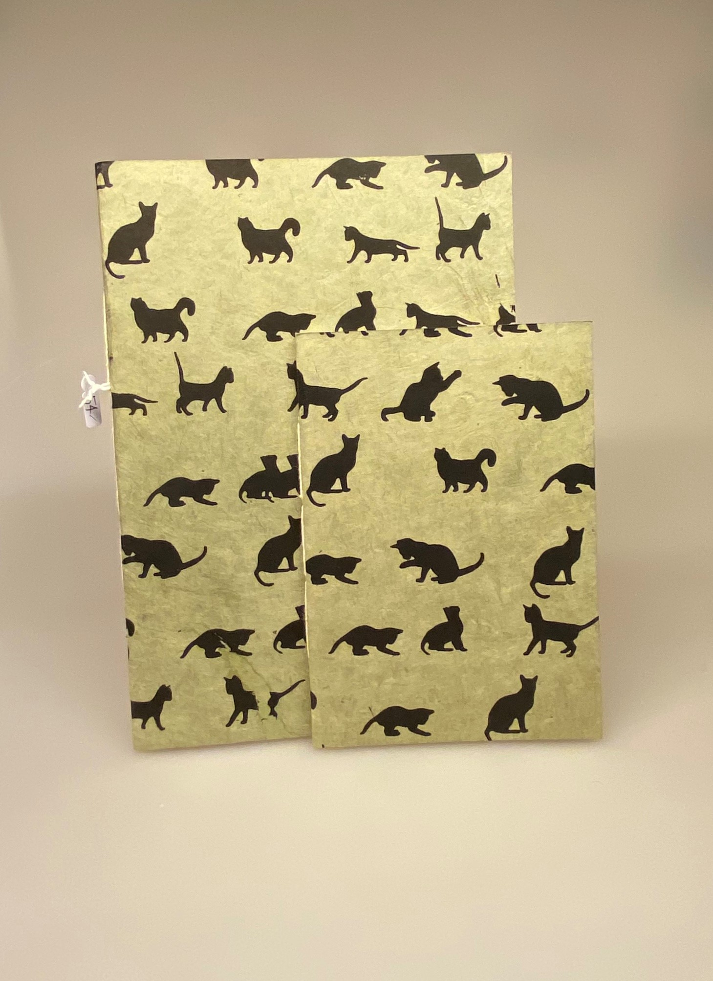 A6 Hæfte håndlavet papir - Khaki med sorte katte A5 Hæfte håndlavet papir - Khaki med sorte katte, katte, katteting, ting med katte, cats, catlover, katteejer, gave, gaveidé, hæfte, notesbog, journal, håndlavet, papir, nepal, håndtrykt, kattefigur, kattefigurer, kattemotiv, katte mønster, ribe, biti, kattebog, katteblok, kattehæfte