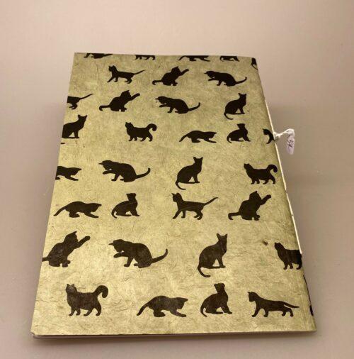 A5 Hæfte håndlavet papir - Khaki med sorte katte, katte, katteting, ting med katte, cats, catlover, katteejer, gave, gaveidé, hæfte, notesbog, journal, håndlavet, papir, nepal, håndtrykt, kattefigur, kattefigurer, kattemotiv, katte mønster, ribe, biti, kattebog, katteblok, kattehæfte