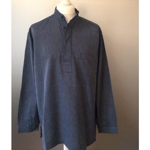 Bondeskjorte i bomuld - Mørkeblå pinstribe (stof 591) voksen, murerskjorte, mælkedreng, mælkemandsskjorte, fischerhemd, almue, gammeldags,