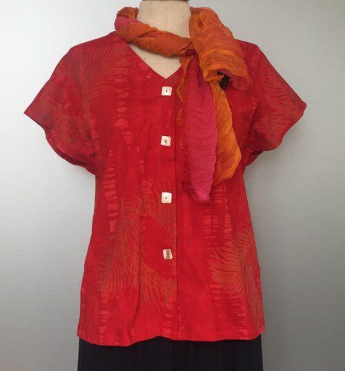 Bluse-jakke 010 - Batik k/æ - Palme rød, postkasserød, knald rød, rigtig rød, klar rød, økologisk, øko, jersey, natur, naturmaterialer, håndlavet, biti, ribe, batik, batikfarvet, batiktryk, kvalitet