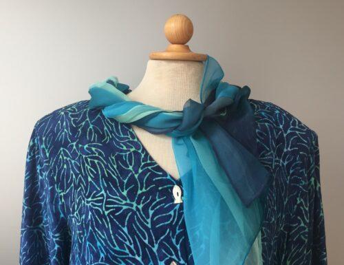 Batikbluse med fiskeknapper - model 122 - Akar blå, Store størrelser, storpigetøj, curves, naturmateriale, natur, bio, øko, økologisk, bomuld, bæredygtigt, håndlavet, håndtryk, batik, batikfarve, batiktryk, kunstnerisk, biti, ribe, vadehavet, specielt, særpræget, kulørt, farverigt, design, åndbart, let, lækkert, kvalitet, Skjorte, skjortebluse, skjortejakke, festjakke, festtøj, dametøj, tunika, busseronne, knapper, blå, blå toner, havfarver, himmelblå, violblå