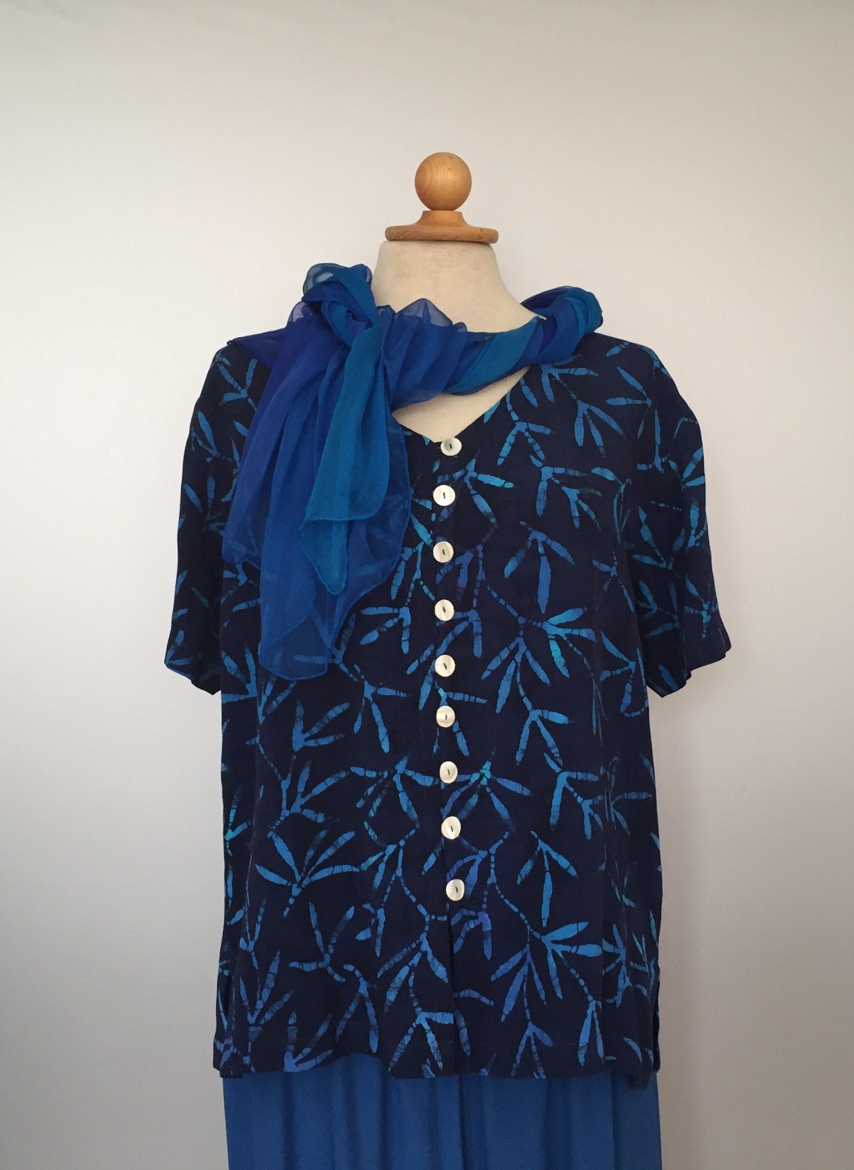 b97c00df33ad Batik bluse130 - Padi blå i lækkert crepestof med perlemorsknapper