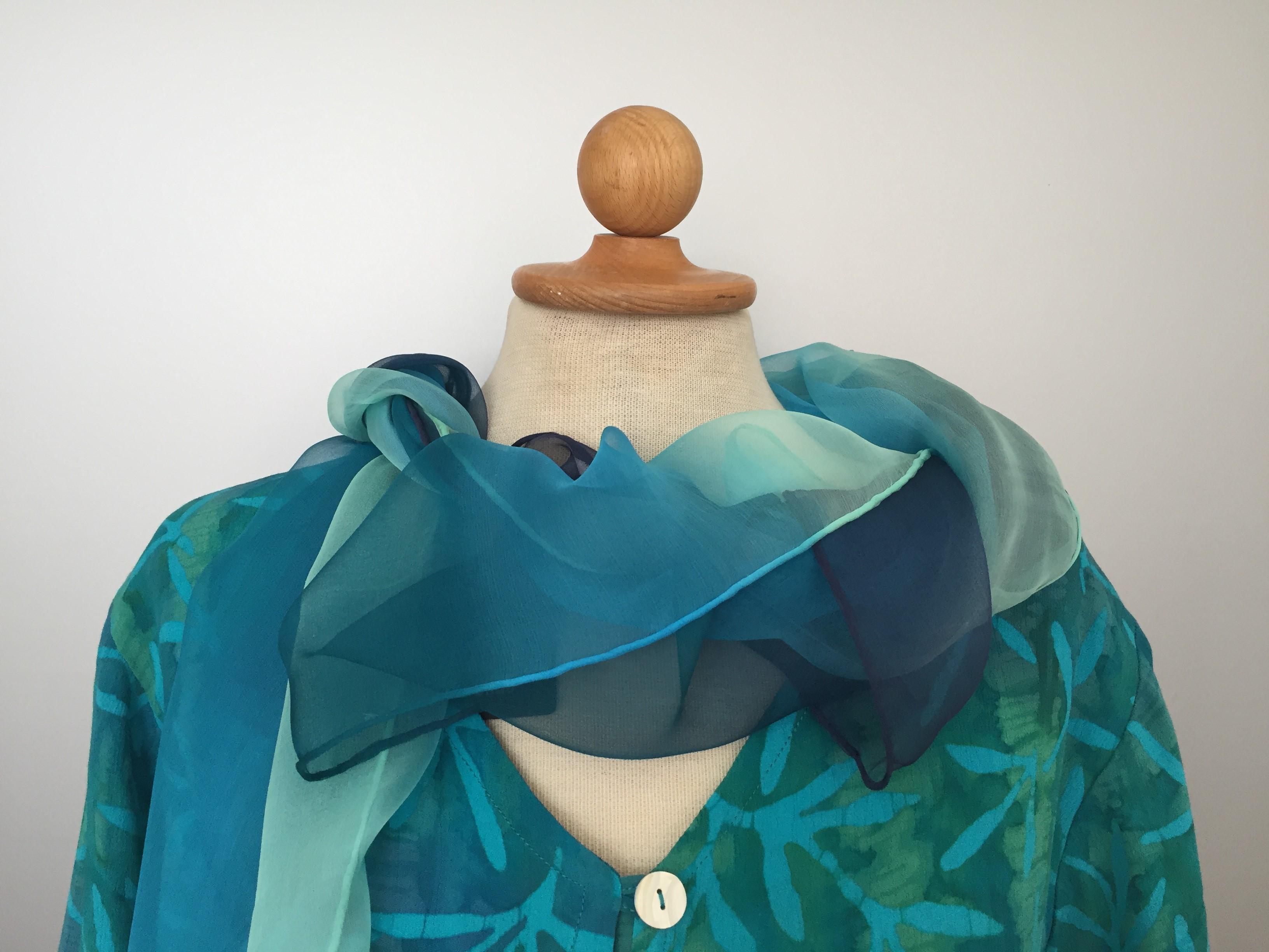 39f1fbf83e69 Batik bluse130 - Padi turkis i lækkert crepestof med perlemorsknapper