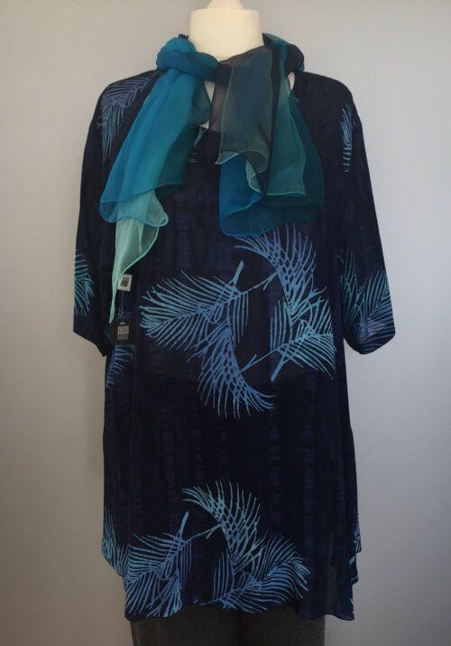 Batikbluse 141 A-facon - Palme blå, chiffon, løs bluse, lang bluse, tunika, busseronne, store størrelser, storpige, store piger, kurver, curves, unika, unikat, biti, ribe, kunstner, kunsthåndværk, natur, naturmateriale, åndbar, kvalitet, lækker, luksus, farver, blå, marine blå, cobolt, navy, mørkeblå, koboltblå