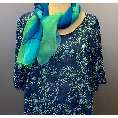 Batikbluse 141 A-facon - Seaweed Blå, Batikbluse 141 A-facon - Seaweed Blå, Store størrelser, store piger, storpigestørrelser, løs bluse, lang bluse, vidde, løssiddende, tunika, busseronne, farver, kulørt, natur, natur materiale, bio, øko, bæredygtigt, specielt, unika, unikat, biti, ribe, kunst, kunstnerkittel, kunsthåndværk, åndbart, lækkert, kvalitet, holdbart, batik, batikfarvet, batiktryk, 141batikbluse 141 A-facon - seaweed blå