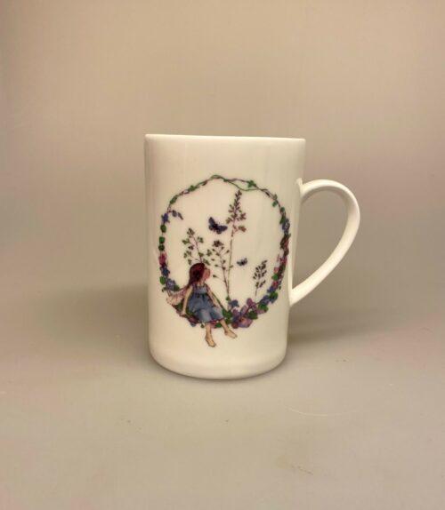 Krus - Ben PorcelBen Porcelæn krus - Min Yndlings kop - Alf i blomsterring - sommerfugl - alfekrus - alfekop - alf -alfe - fe - blomsteralfer - blomsterfeer - blomsterkrans - børnekop - børneservice - dåbsgave - barnedåb
