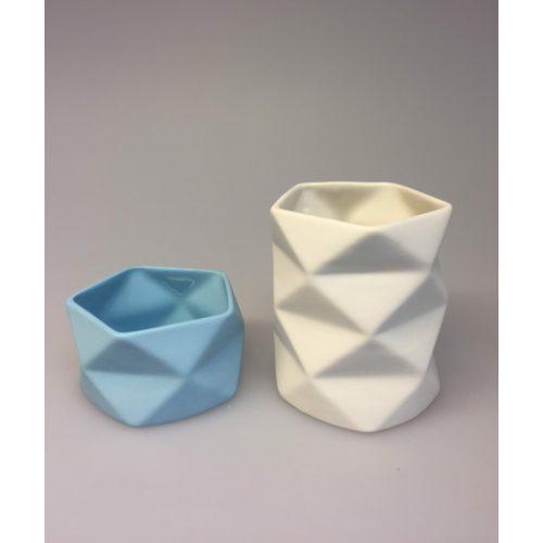 Trine Rytter keramik - Foldemønster elfenben lyseblå - Trine Rytter keramik - Foldemønster Elfenben, keramik, porcelæn, dansk, design, kunsthåndværkerne, keramikkamp, brugskunst, håndlavet, vase, fyrfadsstage, lys, kvalitet, specielt, biti, ribe