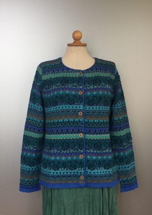 Alpaca cardigan - Beatriz med rund hals - Blå, blå toner, blåt mønster, kobolt, kongeblå, coboltblå, turkis, tyrkis, havfarver, lime, jeansblå, denim, sort, mønsterstrik, mønstret, cardigan, trøje, striktrøje, uldstrik, ulden, cardigan, damestrik, let, lun, kvalitet, alpakka, alpaca, alpacastrik, flot, luksus, kvalitet, gudrun sjöden, oleana, stikjakke, biti, ribe, unik, lamauld, vadehavet, marsken