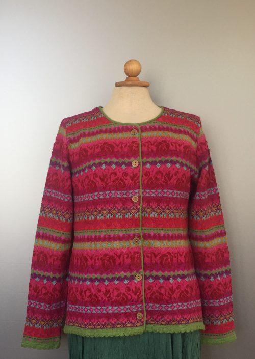 Alpaca cardigan - Beatriz med rund hals - Pink, cerise, lime, isblå, lyserød, fucsia, stribet, mønsterstrik, hønsestrik, strikjakke, striktrøje, strikcardigan, alpakka, alpaca, uldtrøje, strikketrøje, uldcardigan, kvalitet, flot, smuk, design, mønstret, damestrik, unik, speciel, kulørt, farver, farverig, gudrun sjöden, oleana, biti, ribe, vadehavet, marsken, natur, naturfibre, naturmaterialer,