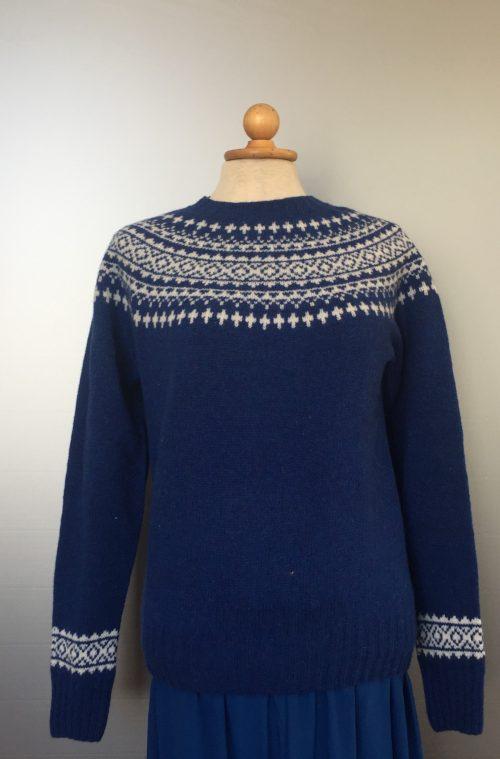 Harley of Scotland - Dame strik sweater - Færø mønster Blå, cobolt, kobolt, coboltblå, kongeblå, koboltblå, uldtrøje, uldpullover, blød uld, tynd, let, fintstrikket, damestrik, dametrøje, strikbluse, sweater, færøerne, færøisk, færøsk, færø, skotsk strik, kvalitet, økologisk, naturmaterialer, farver, lækker, klædelig, flot, pige, til piger, biti, ribe, speciel, sara lund, gudrun og gudrun