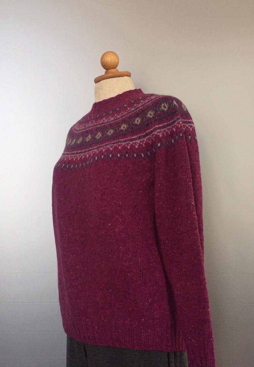 Harley Merino Pullover med færø mønster - Lilla, rødlilla, aubergine, pink, fucsia, hindbær, merinould, tweed, donegal, lækker, blød, striktrøje, strikpullover, damestrik, damepullover, strikketrøje, sweater, farverig, kulørt, galde farver, lilla trøje, uldstrik, moderne, pige, ung, smart, sara lund, gudrun og gudrun, sofie gråbøl, biti, ribe, islandsk, færøerne