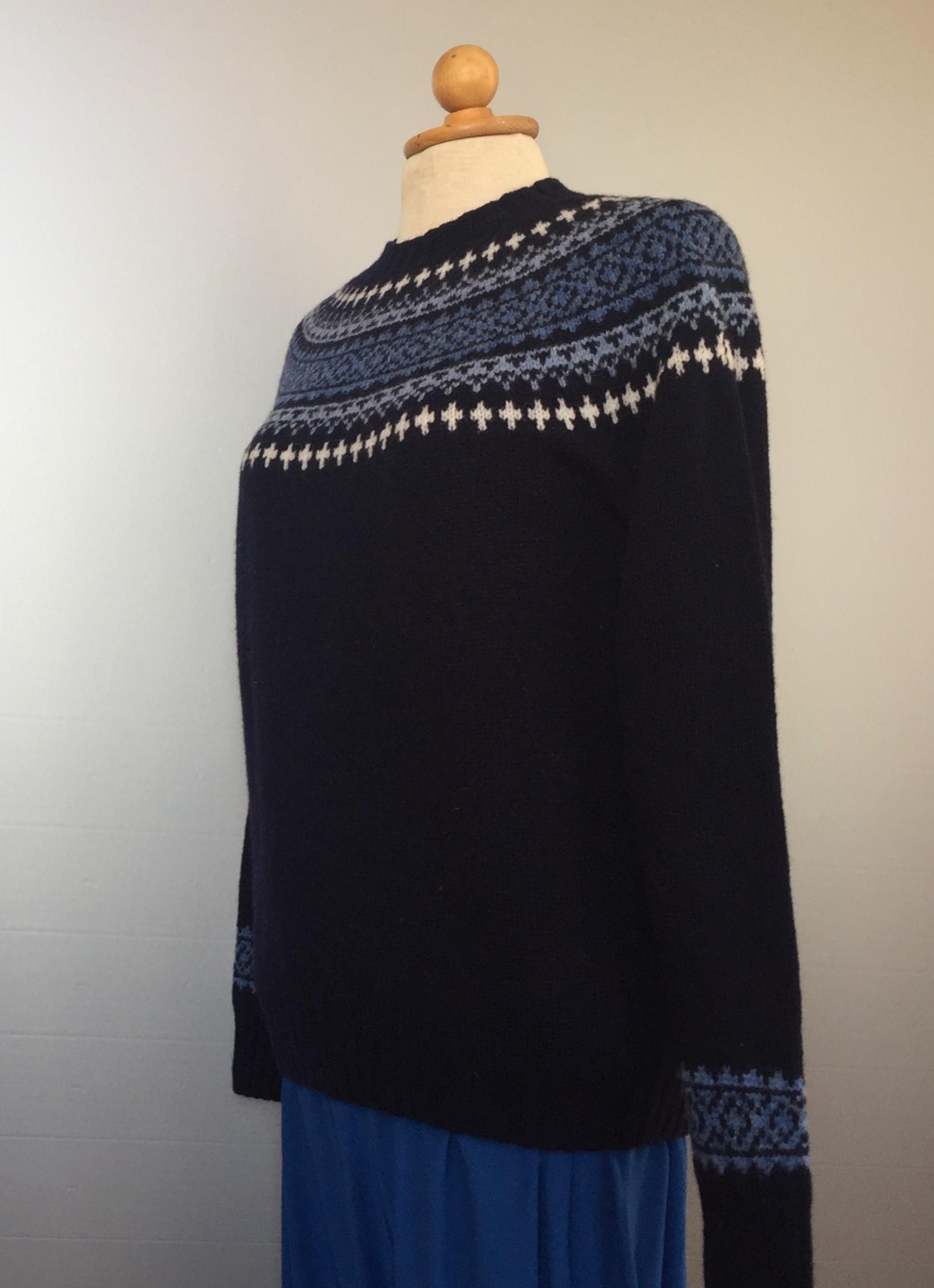 Harley of Scotland - Færø Pullover Blå farver, færøtrøje, færøerne, færøsk, strik, damestrik, damepullover, pullover, striktrøje, striksweater, uldtrøje, uldsweater, islænder, bærestykke, krave, mønster, mørkeblå, navy, marine, blå, klassisk, sommerstrik, sommertrøje, let, tynd, blød, lun, smart, moderne, kvalitet, ren uld, lambswool, uldpullover, biti, ribe, hipster,