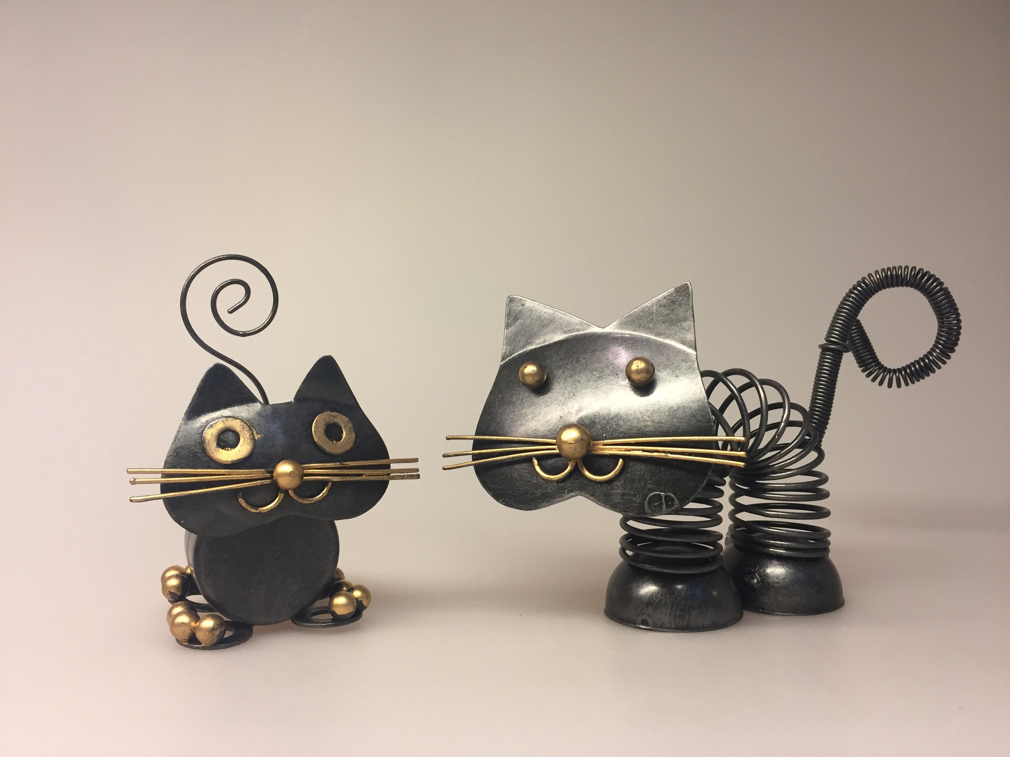 Metalfigur - Sort kat lille Fred, Metalfigur - Sort kat fjeder, metalkat, kattefigur, kat, missekat, mis, sort kat, penge, pengegave, penge i gave, memo, noter, ting med katte, katteting, biti, ribe