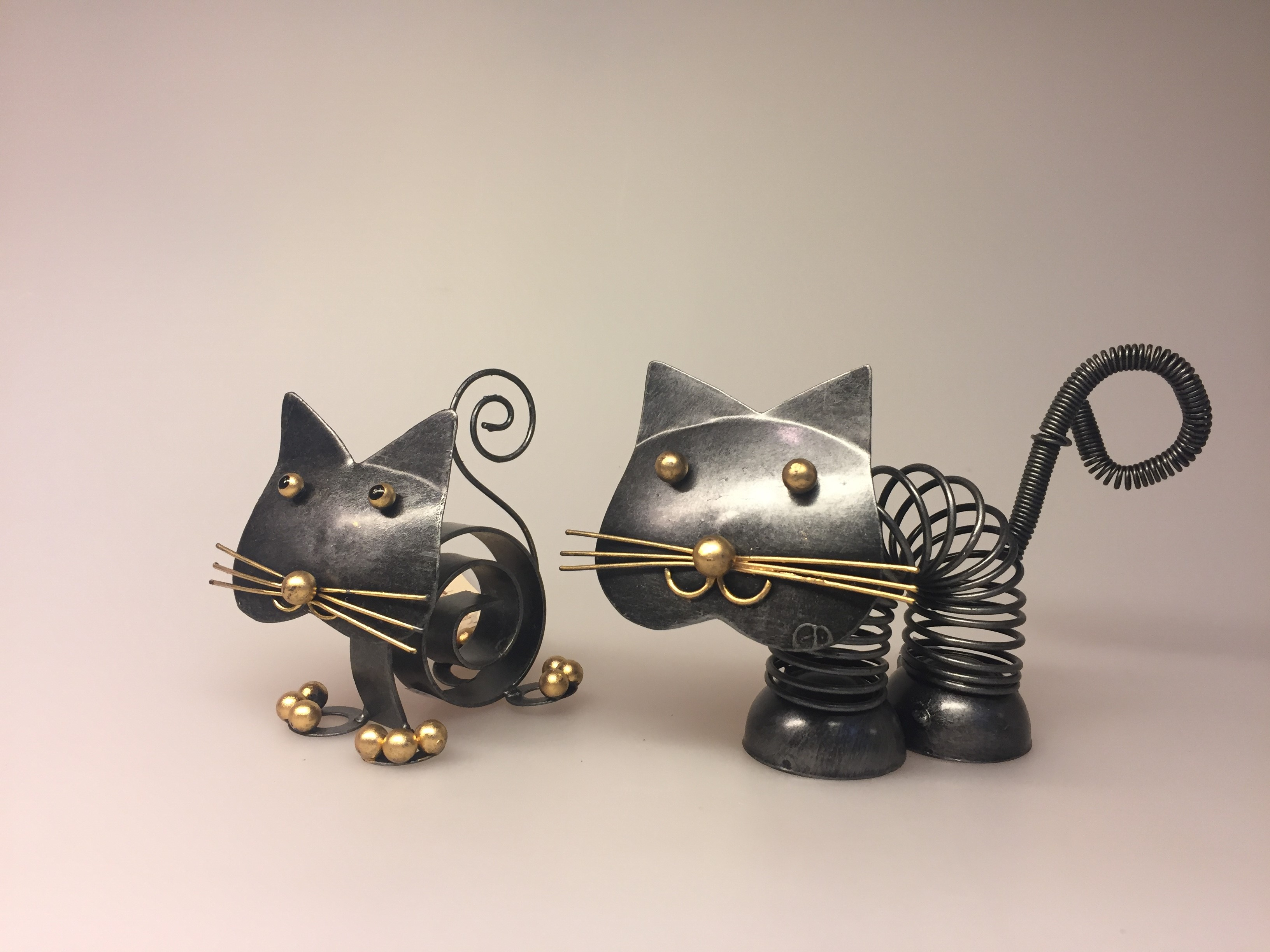 Metalfigur - Sort kat fjeder, metalkat, kattefigur, kat, missekat, mis, sort kat, penge, pengegave, penge i gave, memo, noter, ting med katte, katteting, biti, ribe. Metalfigur - Sort kat spiral, metalkat, kattefigur, kat, missekat, mis, sort kat, penge, pengegave, penge i gave, memo, noter, ting med katte, katteting, biti, ribe