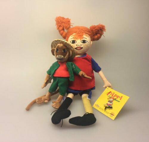 Pippi Langstrømpe og hr. Nelsson, krammedukker, krammedyr, stofdukke, pippidukke, abe, astrid lindgren, svensk, sverige, eventyr, historie, børneting, sovedyr, legetøj, nostalgisk, hr. nilson, her kommer pippi, kludedukke,