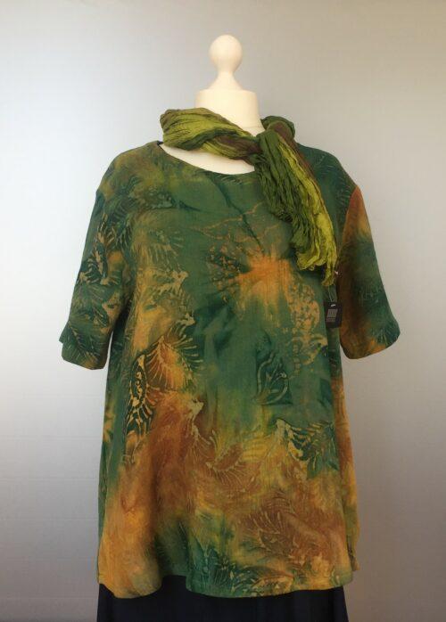 Tunika Bluse Ulin - A-facon Blade Grøn/gul, tunika, busseronne, t-shirt, top, bluse, løs, vidde, stor, store størrelser, storpigetøj, curves, rummelig, efterårsfarver, oliven, gulgrøn, grøngul, okker, lime, limegrøn, unika, kunsthåndværk, hørbluse, hørtøj, hørtunika, håndtryk, batik, batikfarvet, batiktryk, bæredygtigt, økologisk, bomuld, speciel, farver, farverigt, grøn bluse, biti, ribe