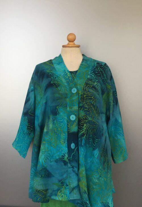 UNO jakke - A-facon i hør/viskose - Blade Turkis/blå/grøn, jungle, turkis, tyrkis, blå, grøn, batikfarvet, batiktryk, store størrelser, storpige, curves, rummelig, unik, unika, natur, økologisk, åndbart, håndlavet, specielt, kulørt, farverigt, havfarver, blågrøn, festtøj, skjorte, jakke, biti, ribe, diva