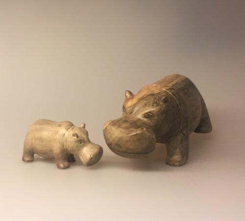 Flodhest - Håndskåret af træ - Grå Stor XL, træflodhest, flodhest, hippo, træfigur, træ flodhest, flodhestefigur, træfigur, træsnit, håndlavet, kunsthåndværk, håndskåret, håndsnittet, nordisk, naturmaterialer, biti, ribe, vadehavet