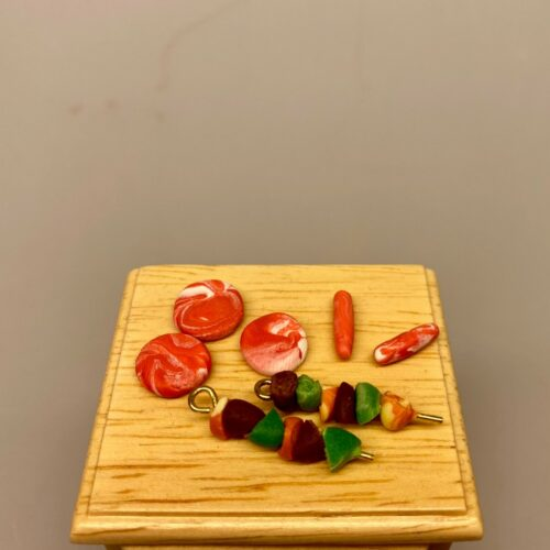 Miniature Grillmad på spyd, Kugle grill miniature, weber, webergrill, kuglegrill, grill, grillaften, på grillen, mini, miniature, dukkehus, dukkehusting, sangskjuler, gaveide, til manden, skumslukker, grillspyd, biti, ribe