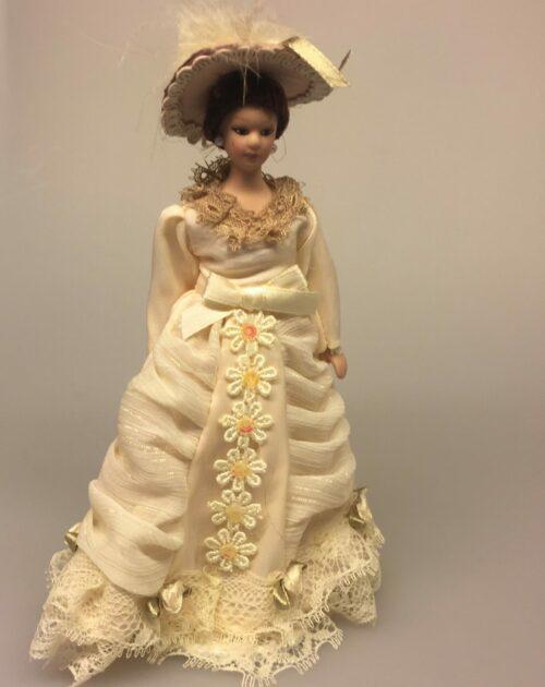 Dukke Fin Dame i beige kjole, fin, dame, herskabelig, borgerskab, elegant, flot, frue, hattedame, fjerhat, adelig, herskabelig stil, dukkehusdukker, dukkehusting, ting til dukkehus, biti, ribe, samlere,